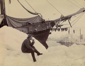 """Fridtjof Nansen während einer Expedition vor seinem Expeditionsschiff """"Fram"""""""