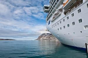 Kreuzfahrtschiff im Magdalenafjord in Spitzbergen,Norwegen